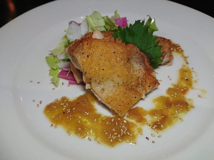 暑さが厳しくなってきたので、今週から鹿児島県産若鶏のパリパリロースト、特製南高梅のソースを始めました。
